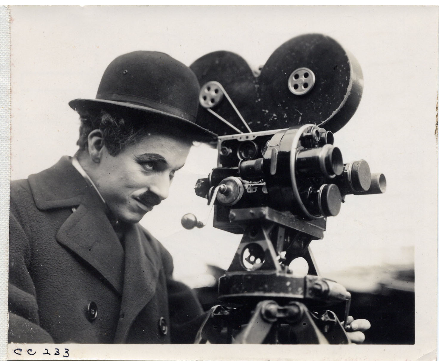 Charles_Chaplin_behind_camera-2-Copyright-ROY-EXPORT-SAS-